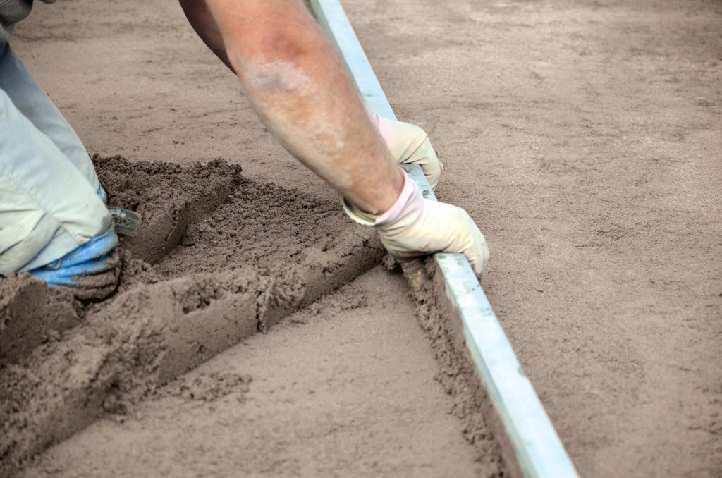 Levelling screed with a screed bar